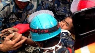 Népal: il survit 5 jours sous un immeuble