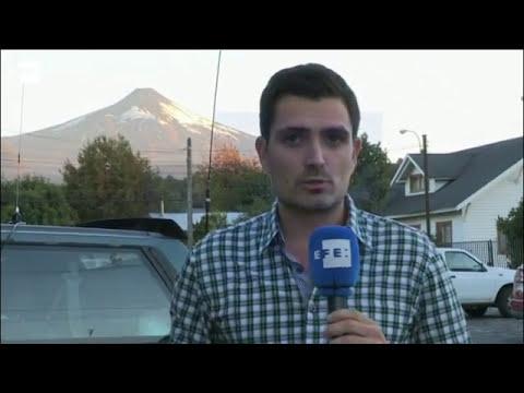 Evacúan a personas que viven cerca volcán que hizo erupción en sur de Chile