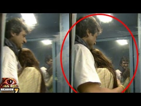 Bigg Boss 7 26th October 2013 Day 41 Episode Tanisha Armaan KISS in the Smoking Room