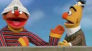 Bert & Ernie - Ernie hergebruikt Berts krant