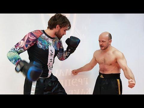 Бойцы пробуют пробить пресс у мужика / Непробиваемый пресс