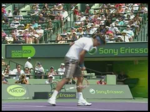 Federer loses it, smashes racquet