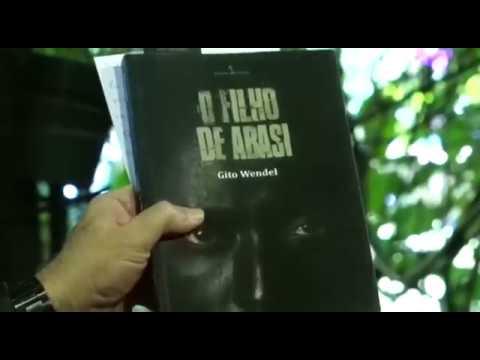 """Caio lê a carinhosa carta de Gito Wendel, e apresenta o livro ^O filho de Abasi""""."""