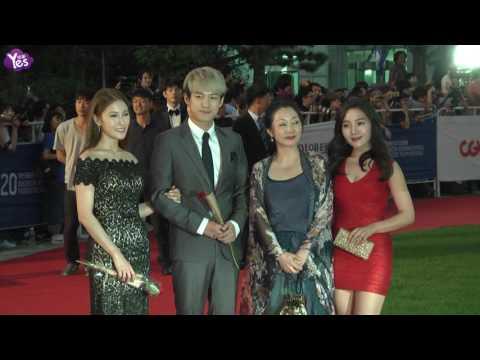 第20屆富川電影節紅毯星光慘澹 女星深V爆乳搶鏡頭