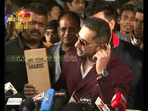 Yo Yo Honey Singh Makes Media Sing To The Tune Of Lungi Dance At The Red Carpet Of 4th Big Star Ente video
