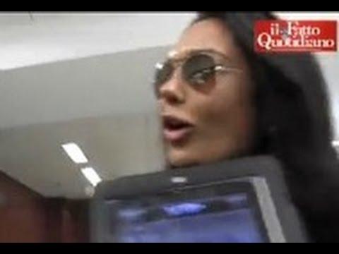 """""""Non toccarmi le tette"""", Nicole Minetti contro il giornalista (19/12/2012)"""