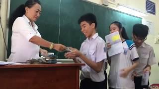 Cô giáo thưởng tiền cho học sinh có bài kiểm tra từ 6,5 điểm