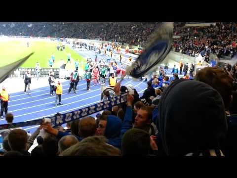 Hertha BSC Berlin 0:2 Schalke 04 - Mannschaft feiert mit den Fans - 02.11.2013 - Schalke in Berlin