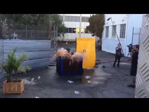Homem vestindo roupa de mentos pula em piscina de coca cola