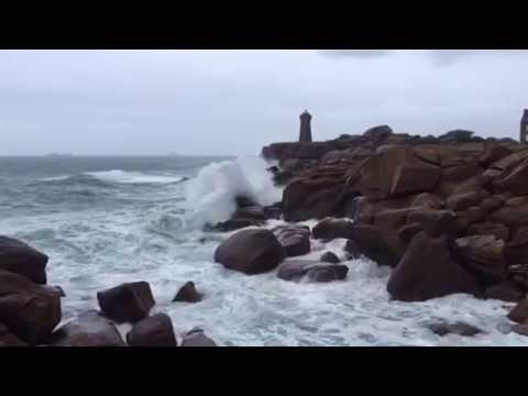 La tempête Carmen se profile sur la côte de granite Rose Ploumanach Bretagne 29-12-2017