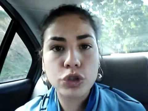 Thumbnail of video Mujer imita forma de hablar de diferentes países y en varios idiomas