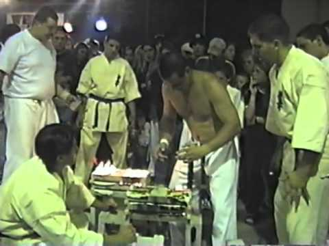 Lino Gambuto breaks 102 cement blocks (Kyokushin Karate) Image 1