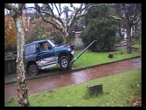 ESPECTACULAR ACCIDENTE DE UN TODOTERRENO EN EL CENTRO DE VILLAVICIOSA _xvid.avi