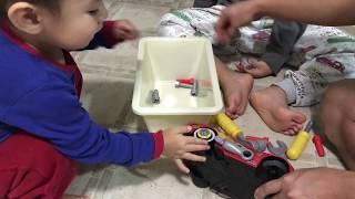 Bé chơi sửa xe ô tô, đồ chơi