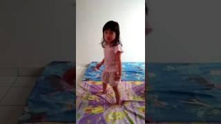 Funny video 2017:kanak-kanak aktif menari mengikut siulan..