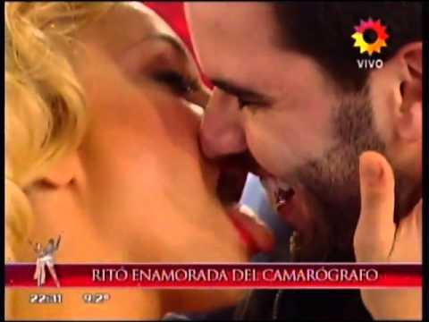Impacto24.com - María Eugenia Ritó y el apasionado beso con un camarógrafo