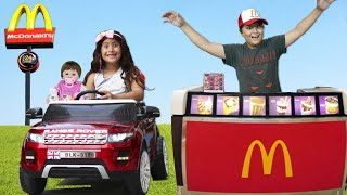 Maria Clara e JP brincando de McDonalds drive thru 🍔   Pretend Play McDonalds with my car