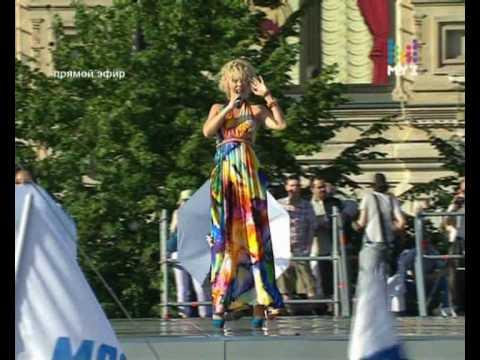 Выступление певицы Валерии с песней «Капелькою» на Красной площади