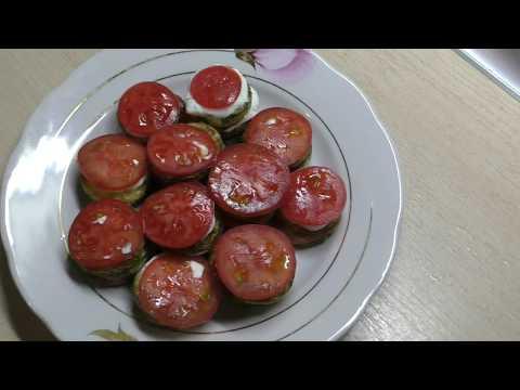 Жареные кабачки с помидорами и сливочно-чесночным соусом//Закуска из кабачков