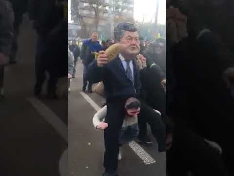 По МихоМайдану носят чучело Порошенко верхом на казаке   Страна.ua