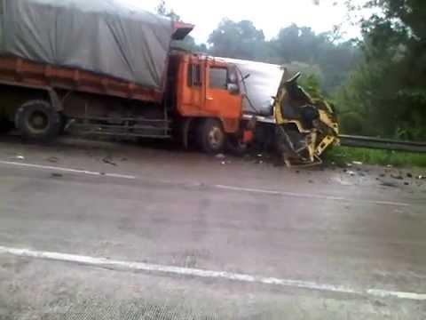 kecelakaan beruntun di kelok panorama lubuk paraku,indarung kota padang pada pukul 2.30 sore wib