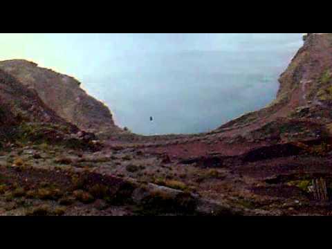 Rueda - Grupo de amigos lanzan una rueda por una ladera