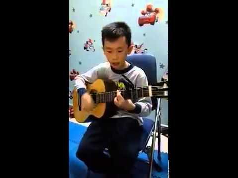 """Cậu bé vừa đàn vừa hát """"Chắc Ai Đó Sẽ Về"""" cực hay"""