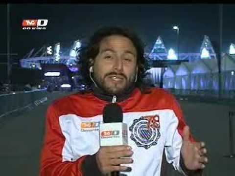 Reportera de TV Azteca agrede a enviado de TVC Deportes (02-08-2012)