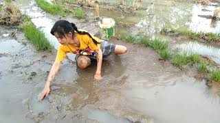 Amazing beautiful girl Fishing in the field - How to Catch Fish at battambang ( part 37)