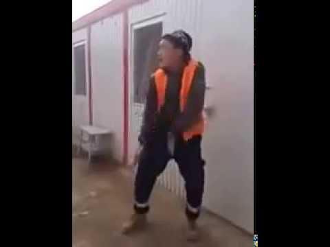 Узбек танцует на стройке