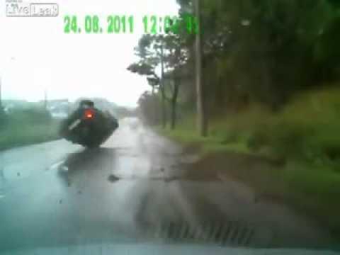 ДТП. Закрутило на мокрой дороге