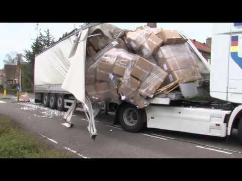 GPTV: Vrachtwagen scheurt open onder viaduct Harlingen