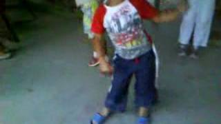 Chapi Raquel grabando a piecito bailando