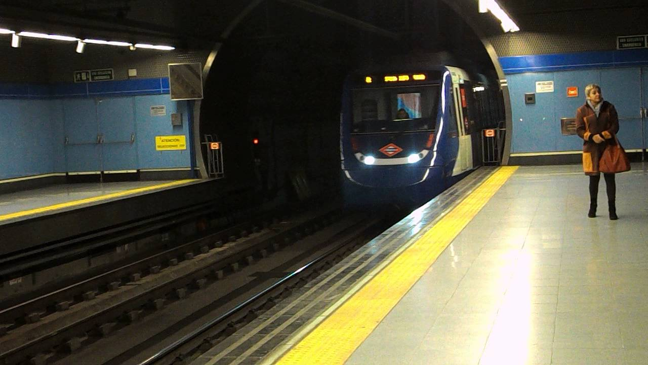 Metro de madrid 9421 entrando en colonia jardin youtube for Metro ligero colonia jardin