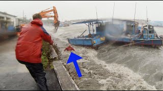 Taiwan fisherman nearly drowns in Typhoon Usagi 2:37 mark