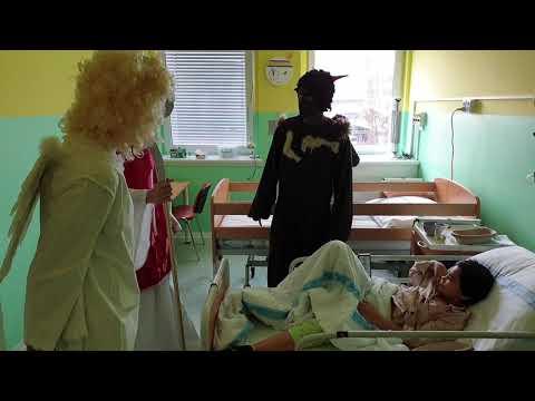 Votroci přišli jako Mikuláš, čert a anděl na dětskou kliniku Fakultní nemocnice
