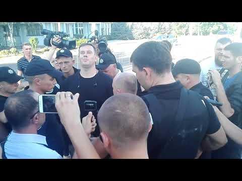 Консул РФ (Александр Страхов) в Черноморске возле суда в день оправдания по делу 2 мая