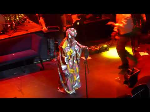 """Ms. Lauryn Hill Remixes Drake's """"Nice For What"""" Live at the Apollo 5/1/18"""