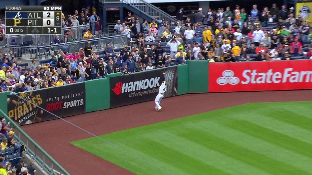 ATL@PIT: Marte tracks down a fly ball in left