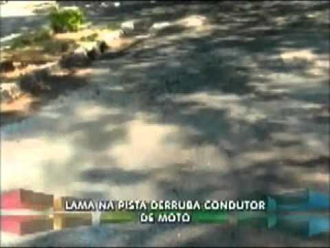 Queda de motociclista é causada por lama despejada por caminhão