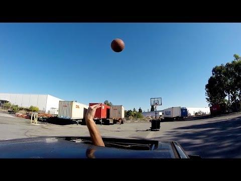 走行している車からバスケ...