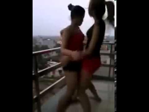 thiếu nữ uốn éo nhảy nhót