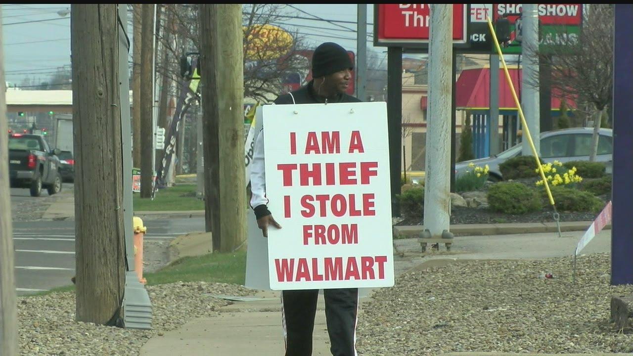"""""""Tolvaj vagyok"""" feliratú táblát kell viselnie, különben börtönbe kerül - videó"""