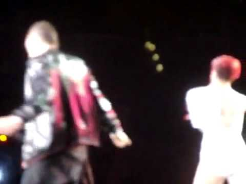 Eminem surprises fans at Staples Center ( 21st July 2010)