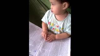 Xôn xao bé gái 2 tuổi ở Nghệ An biết đọc báo