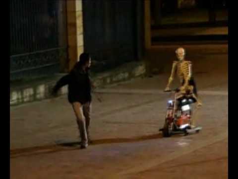 Tambien caeras - Esqueleto en moto