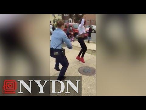 若者と一緒にダンスを踊るカッコイイ警察官