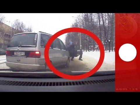 危ない!車にはねられても子供を守る警察官が立派!