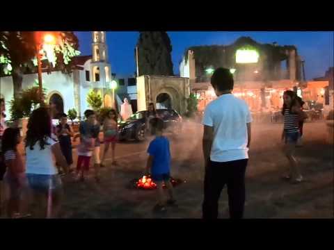Το κάψιμο των στεφανιών το βράδυ του Αϊ Γιάννη στη Ψίνθο