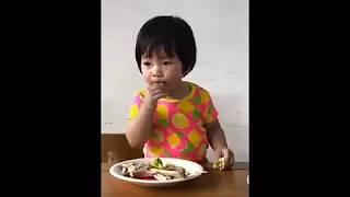 Cho con ăn là cuộc chiến của cha mẹ
